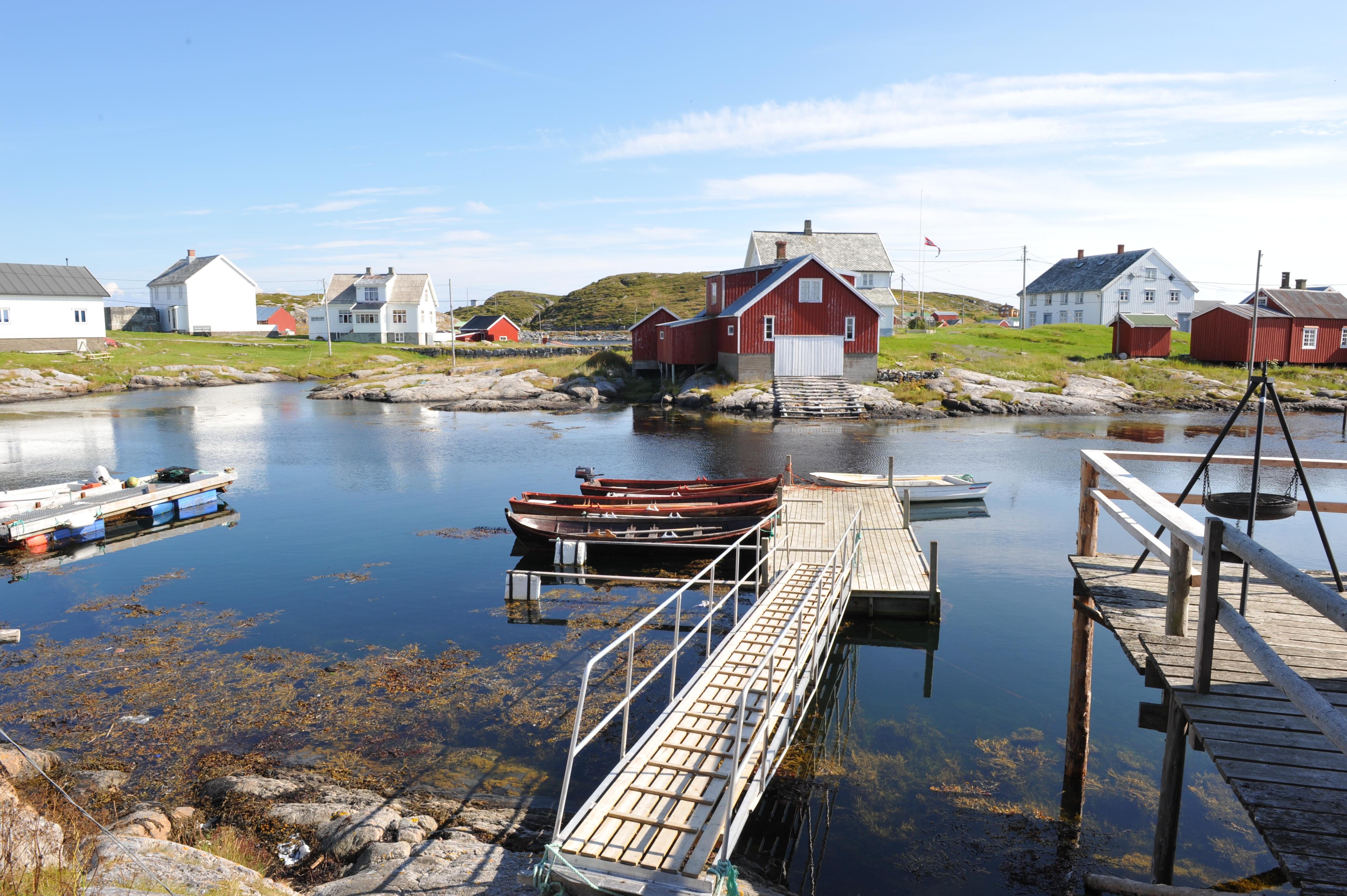 Flytebrygge og bygninger i fiskeværet Sør-Gjæslingan. ved Namdalskysten, Trøndelag.