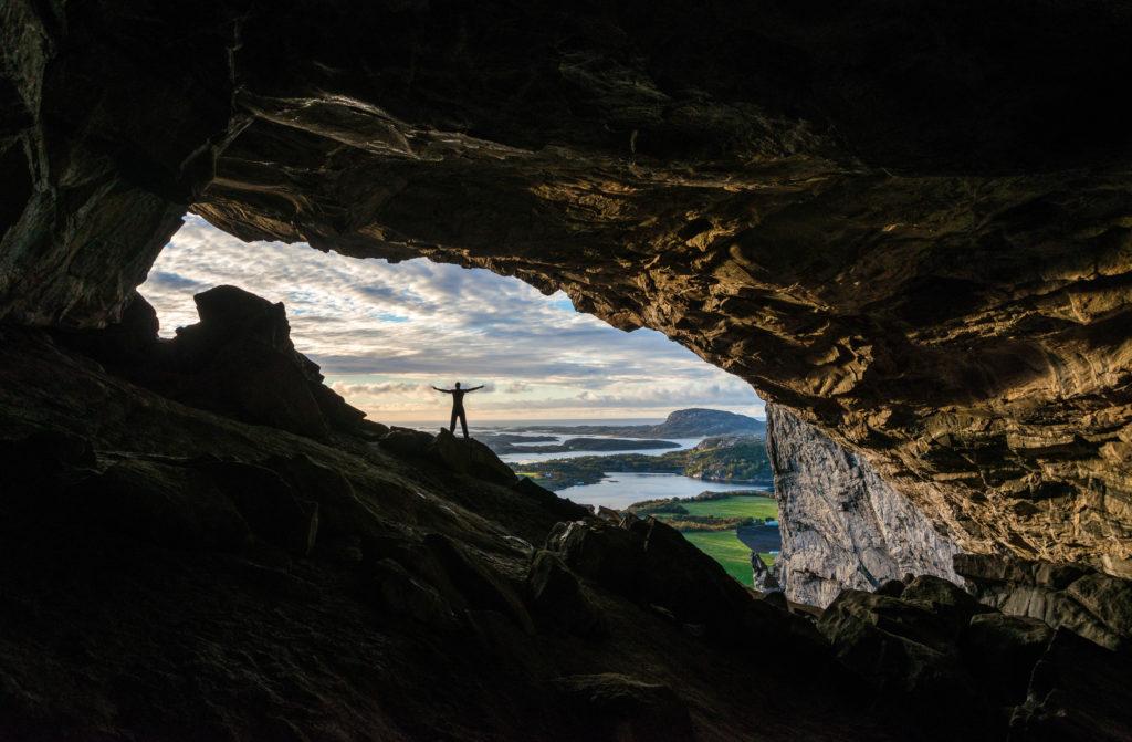 Person står i hulen Hanshelleren i Flatanger. Et klatreparadis.
