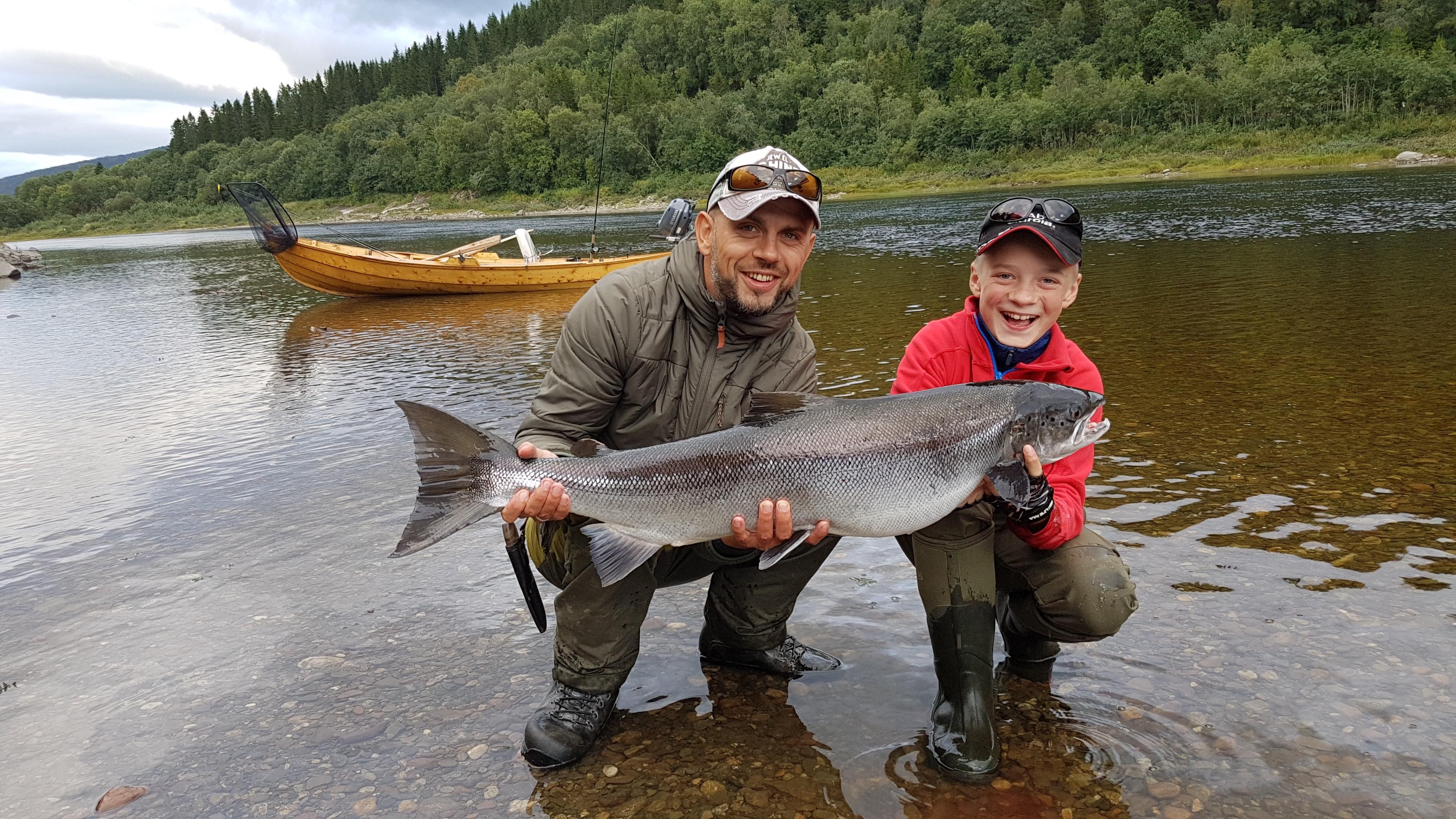 Laksefiske med barn og unge i Namsen. Foto: Jan Arild Landstad