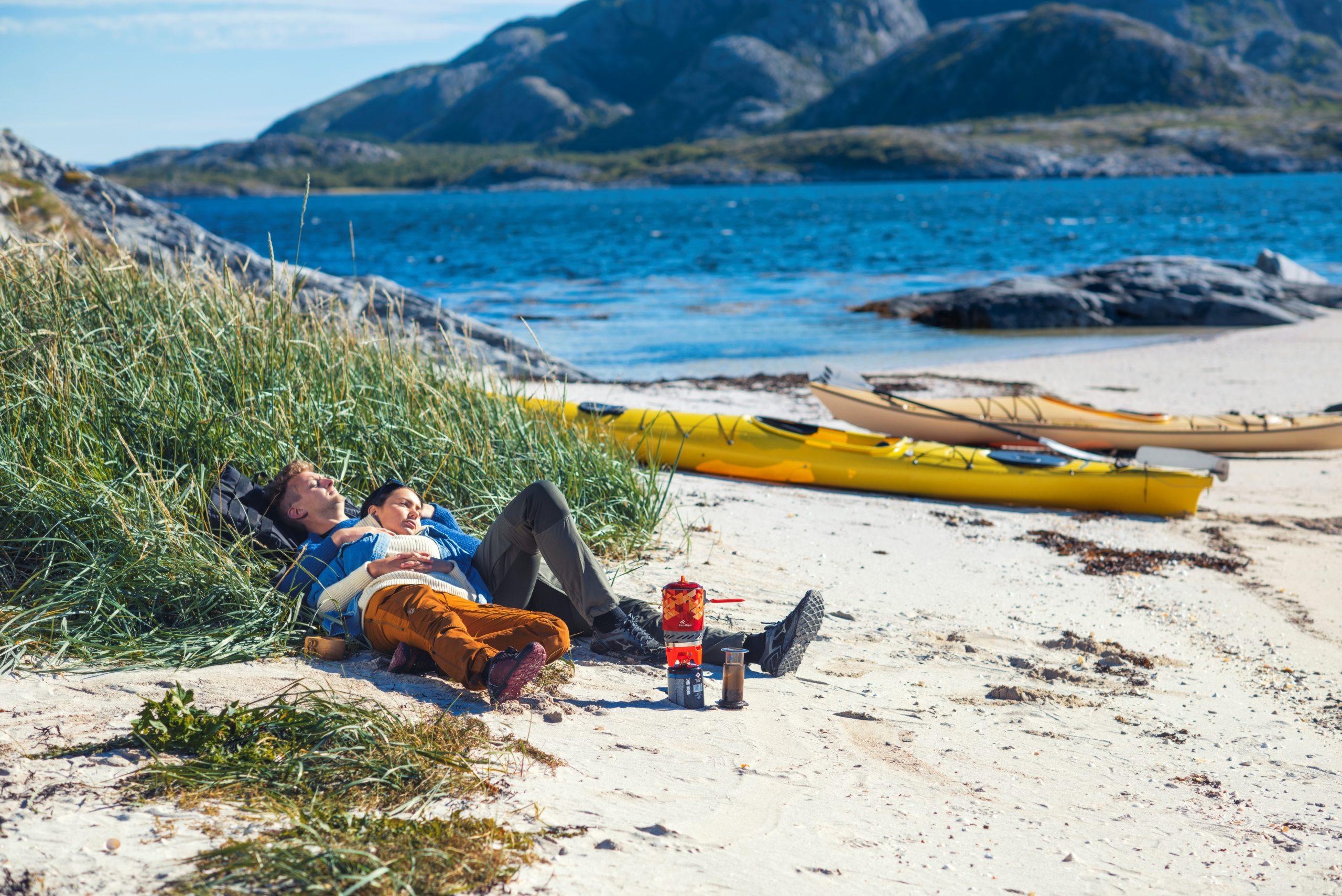Avslappende strandhugg på Jøa. Kajakkpadling. Foto: Buckethaus