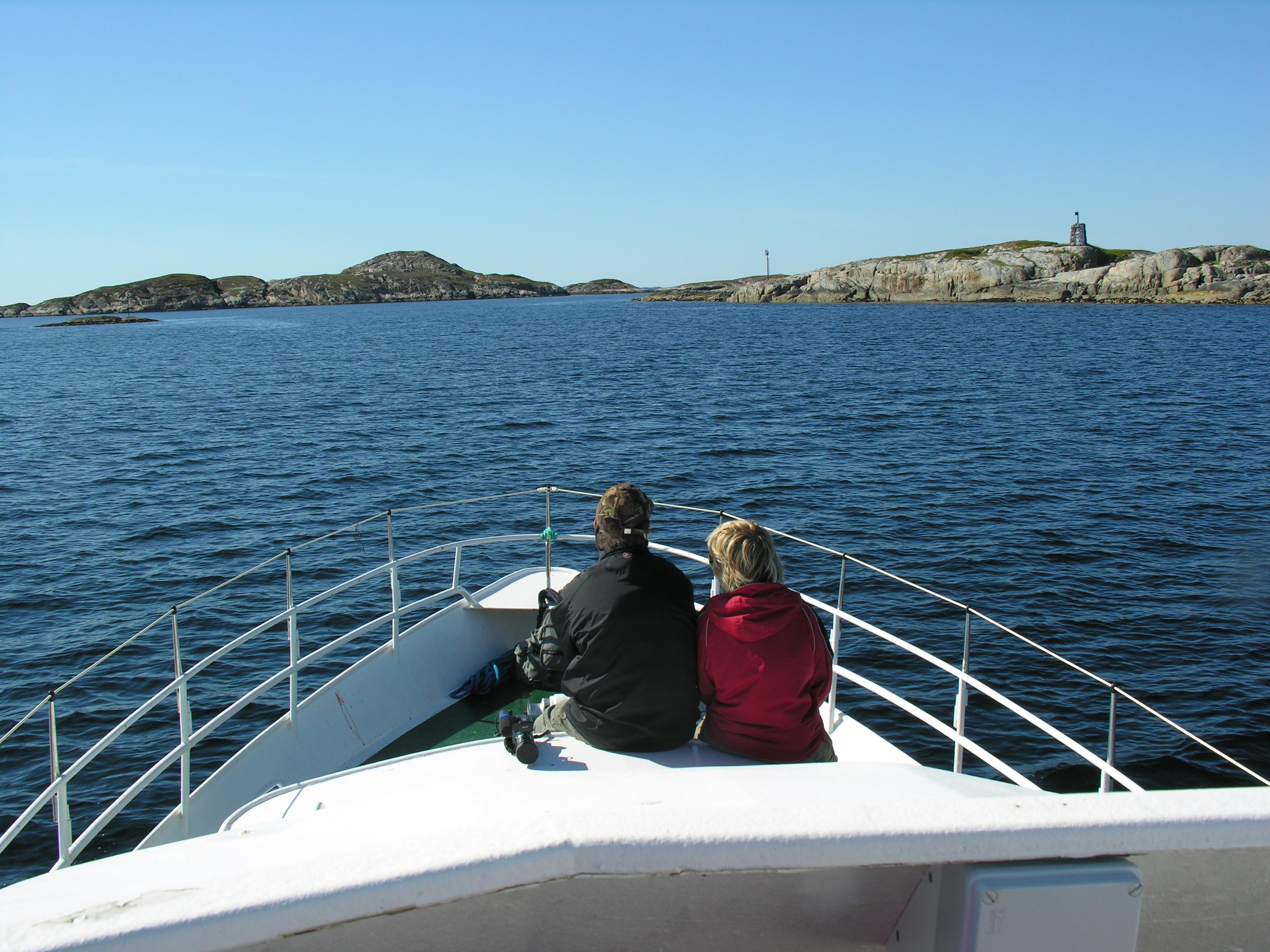 Par på båt ut mot Sør-Gjæslingan på Namdalskysten, Namdalen Trøndelag. Reiseruter. Foto: Anne Grete Walaunet