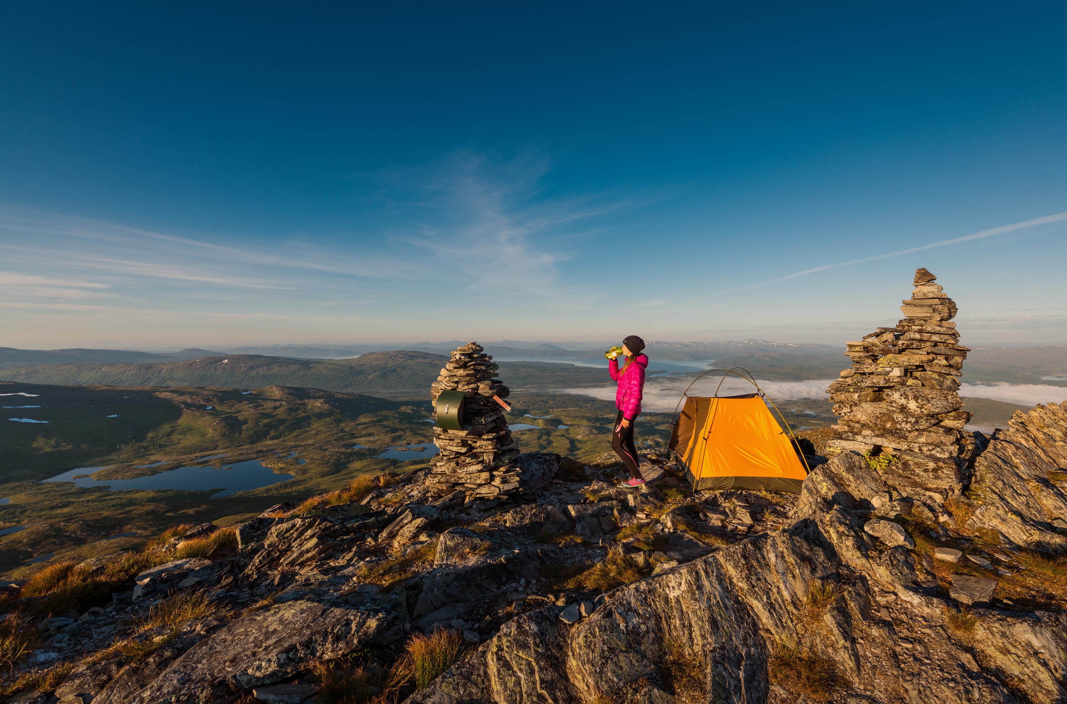 100 turer, jente på toppen av Dærga i Røyrvik. Foto: Bernartwood