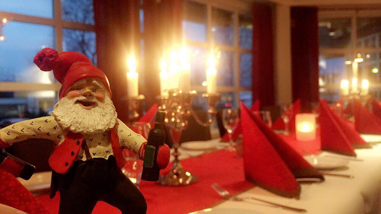 Julebord ved Grong Hotell, nisse i front.