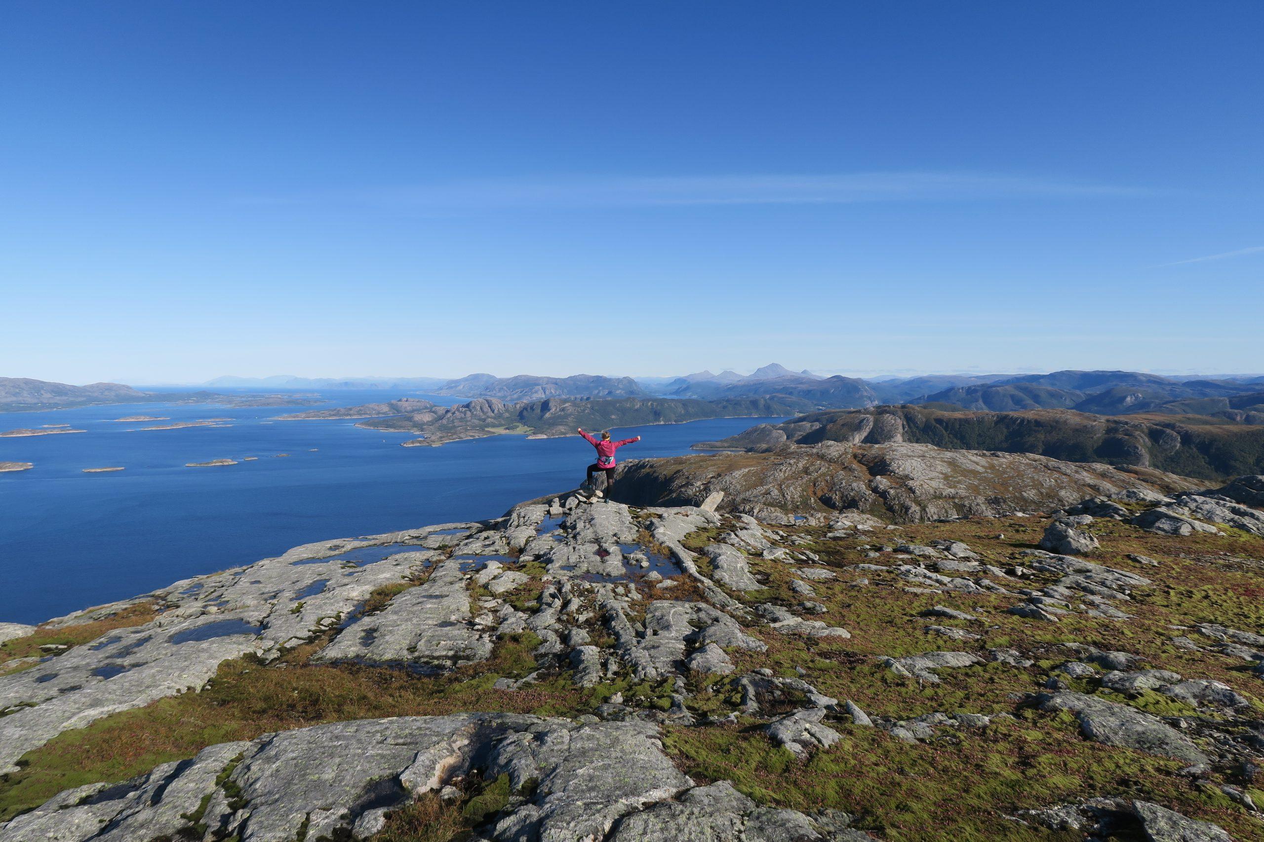 Jente på toppen av Væremsnubben i Nærøysund. Ting å oppleve i Nærøysund.