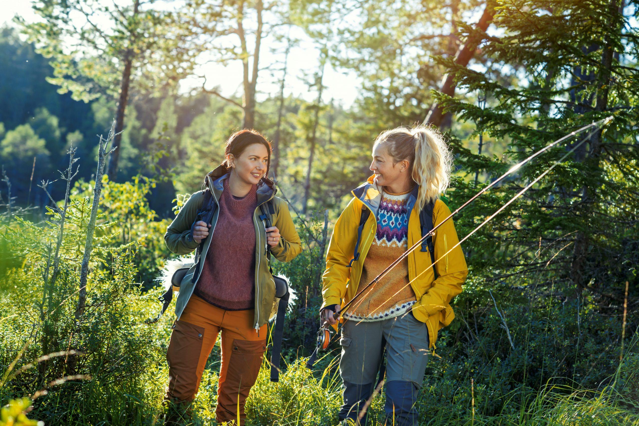 To damer på fisketur i Namdalen. Foto: Buckethaus