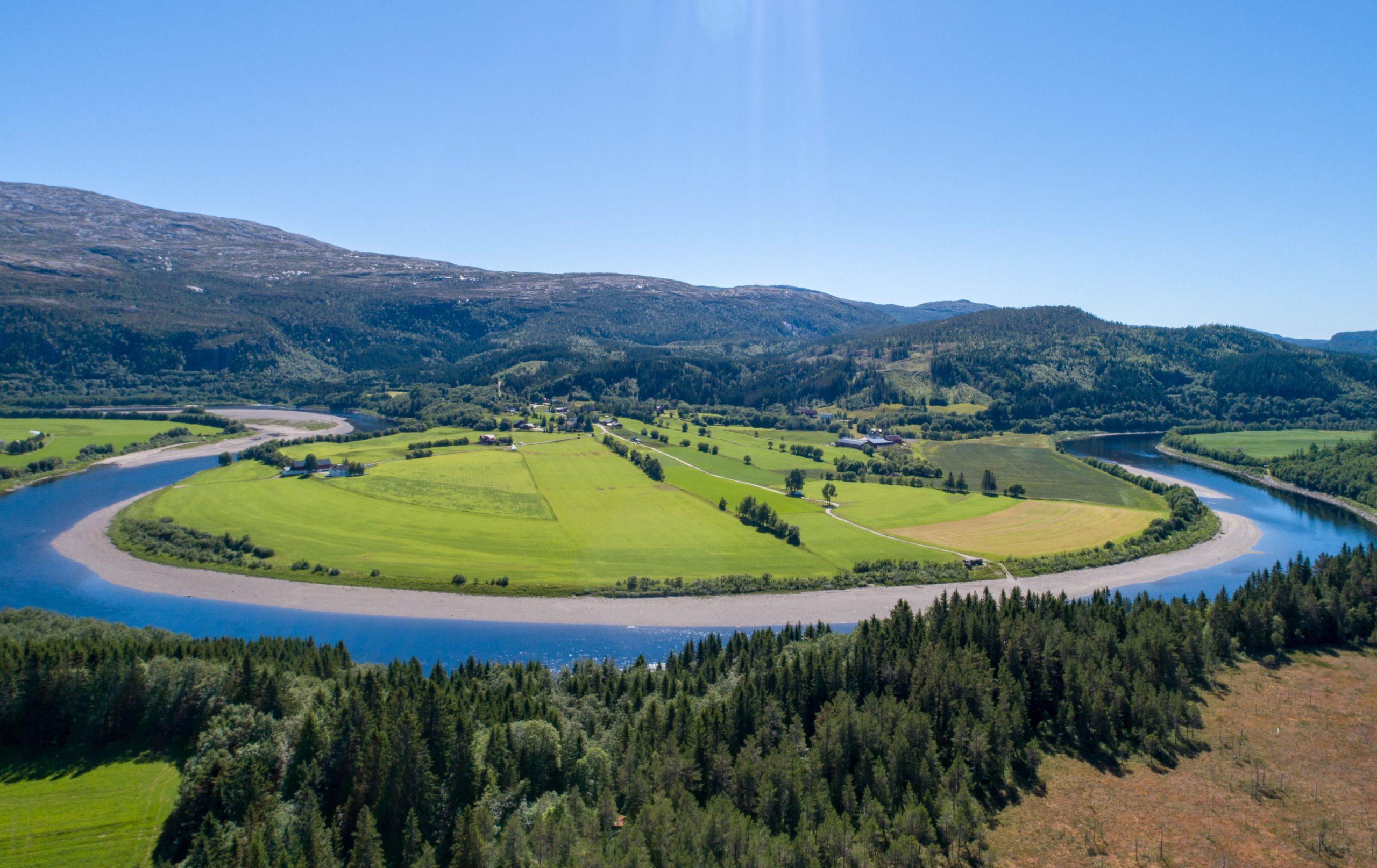 Dronefoto over Jørem, en del av elvelangs Namsen. Foto: Jørem