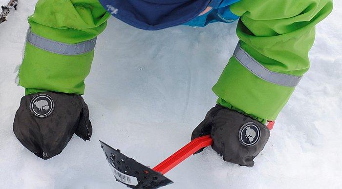 Gutt ved ihull i isen, på isfisketur i Lierne.