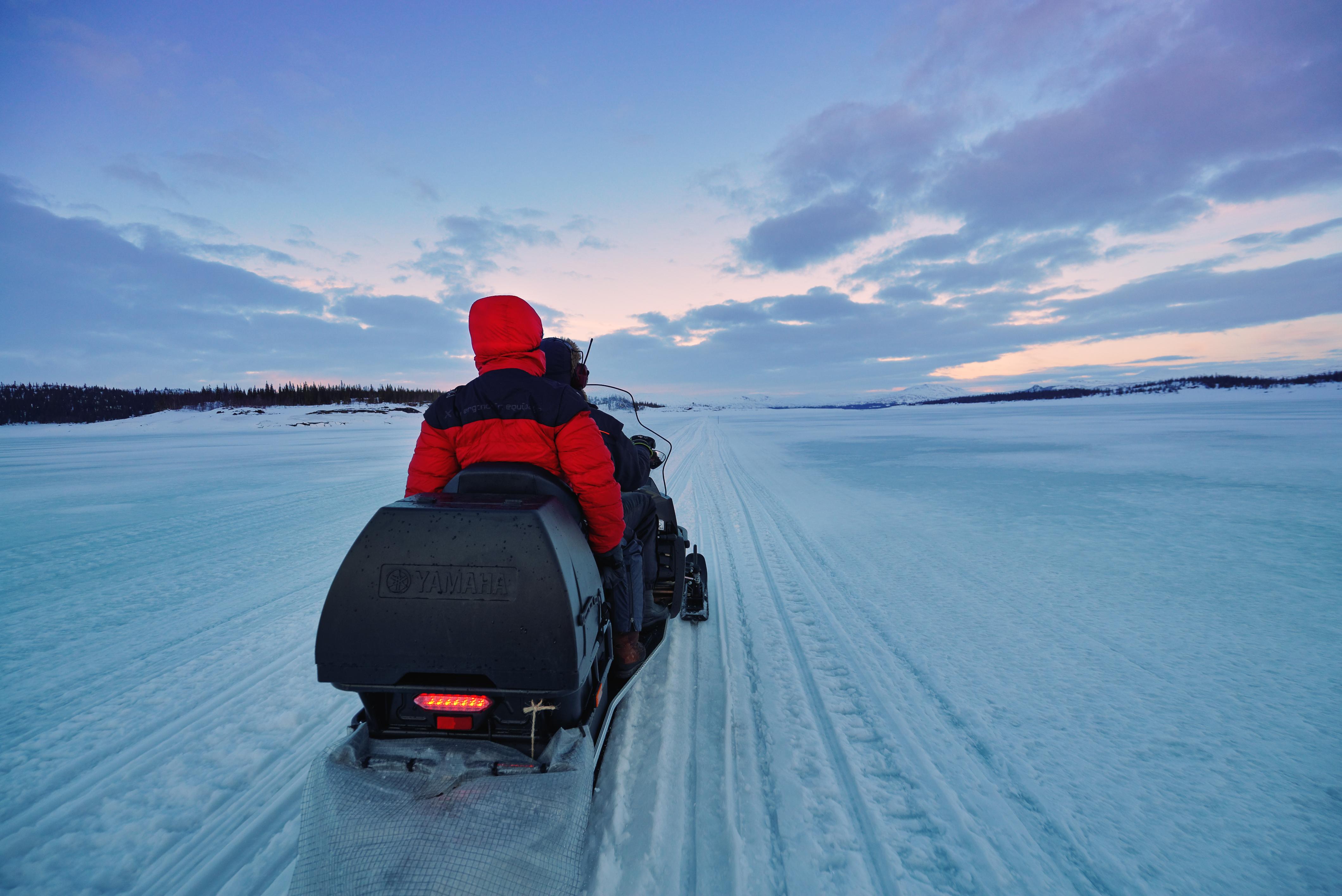 To stykker på snøscooter i Lierne. Vinter. Namdalen, Trøndelag.